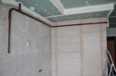 На что крепить кухонный гарнитур на оштукатуренную стену?