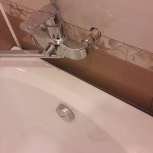 Как заделать стык между ванной и стеной?