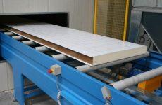 Производство сэндвич панелей методом вспенивания наполнителя между двух листов обшивки