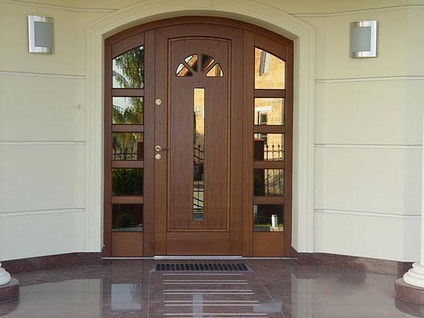 Входные двери из массива: виды, преимущества и особенности выбора