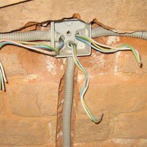 Как не повредить проводку при сверлении стен или потолка