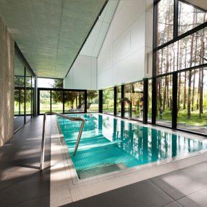 Обустройство бассейна в коттедже: все секреты остекления купальной зоны