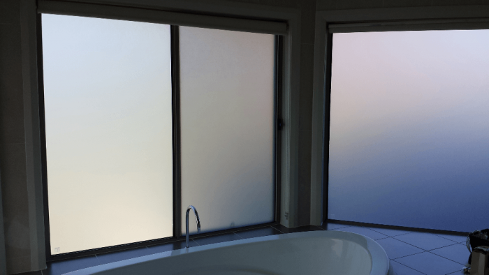Наглядно о степени матирования: прозрачные сверху и полностью матовые снизу стекла